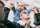 Tatusiowie coraz częściej z dzieckiem w domu